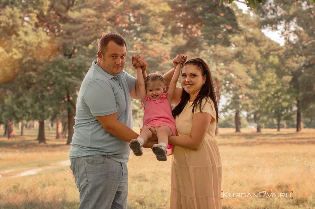 Я семейный фотограф обожаю фотографировать семьи с детками наблюдать как мама и папа играют со своими дочками а детки так искренне радуются каждой минутой проведённой со своими любимыми родителями