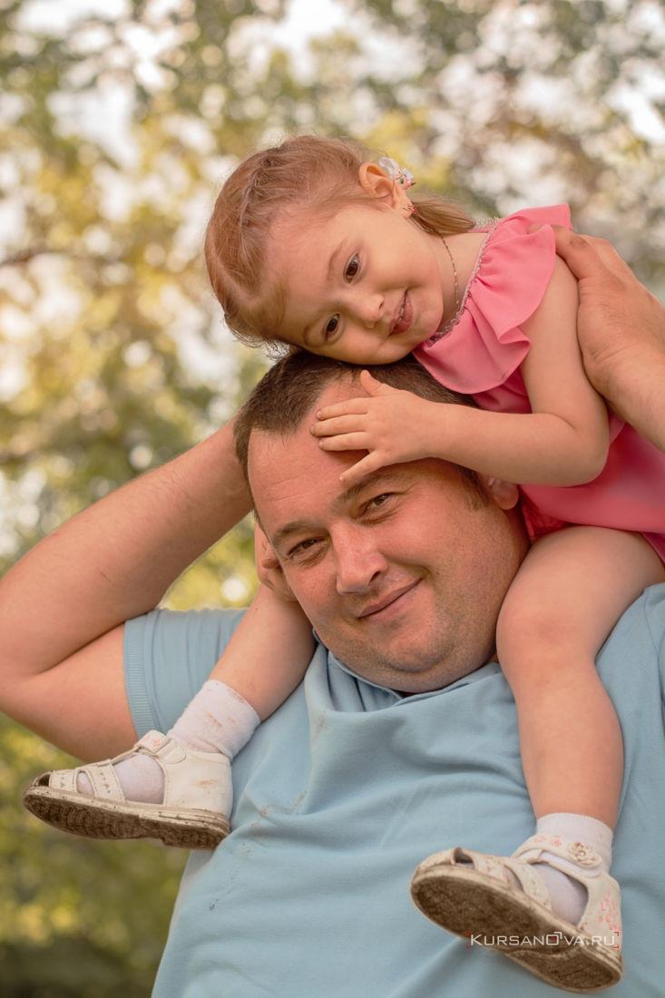 Осенние семейные фотосессии в Нижнем Новгороде папа играет с дочкой носит её на плечах а малышка его однимает за голову