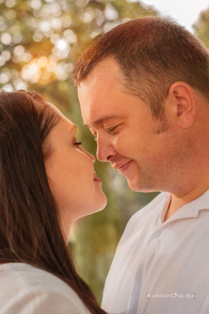 фотосессия на улице в Нижнем Новгороде мажчина и женщина смотрят друг на друга с потрясающей нежностью и любовью снимок заряжает бешеной энергетикой