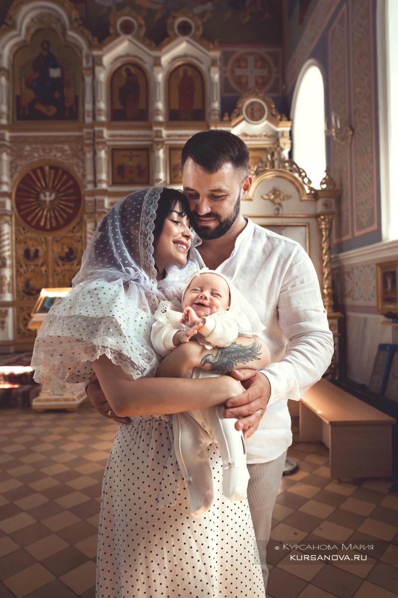 Нежные волшебные постановочные кадры родителей с дочкой после крещения