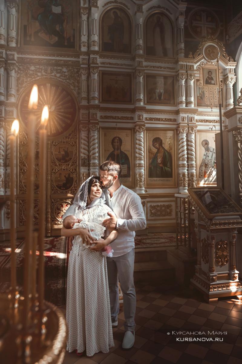 Волшебные постановочные кадры родителей с дочкой в интерьерах храма после крещения