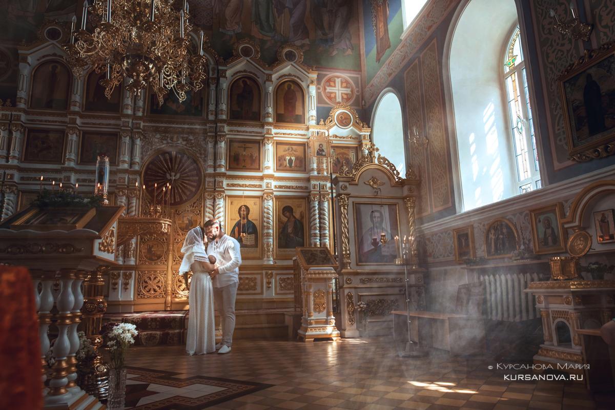 Волшебные постановочные кадры родителей с дочкой в интерьерах храма до крещения