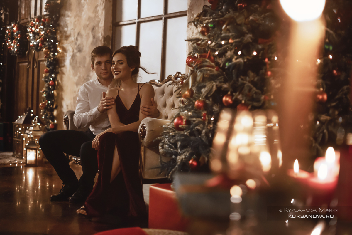 Семейная новогодняя фотосессия с ребенком в Нижегородской студии. Елка на заднем плане.