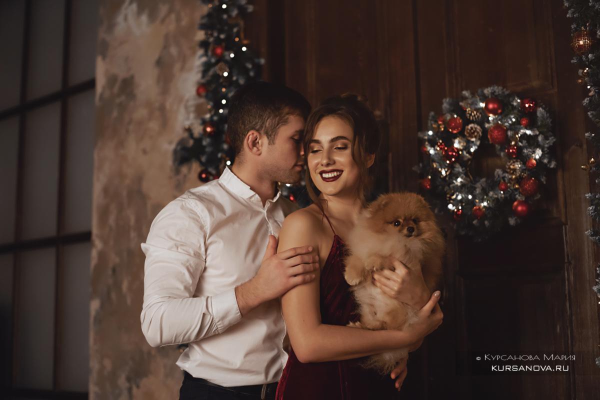 Семейная фотосессия в студии Нижнего Новгорода. Молодая пара около елки.