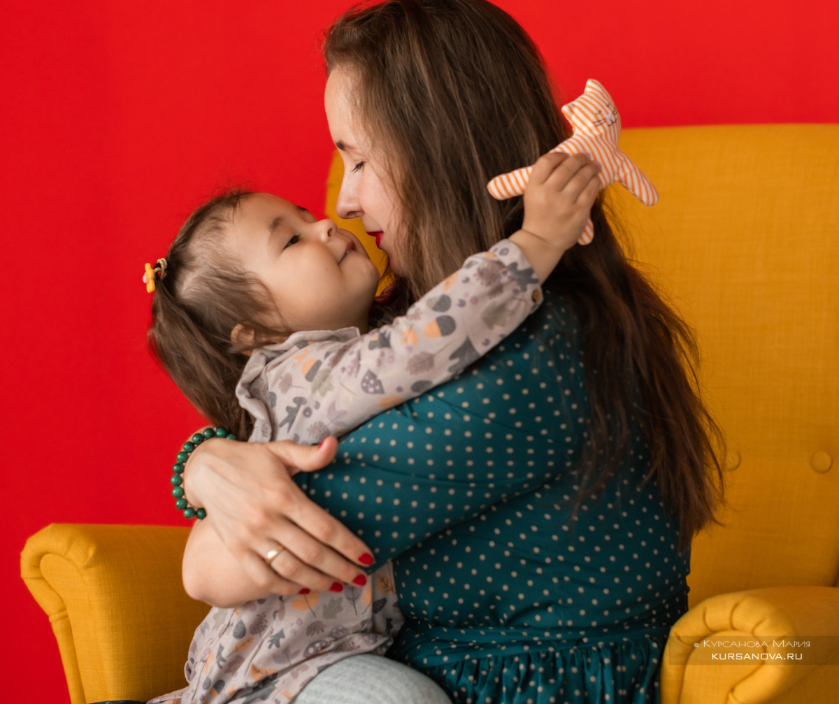 мама, дочка, фотосессия фон, красный, желтый