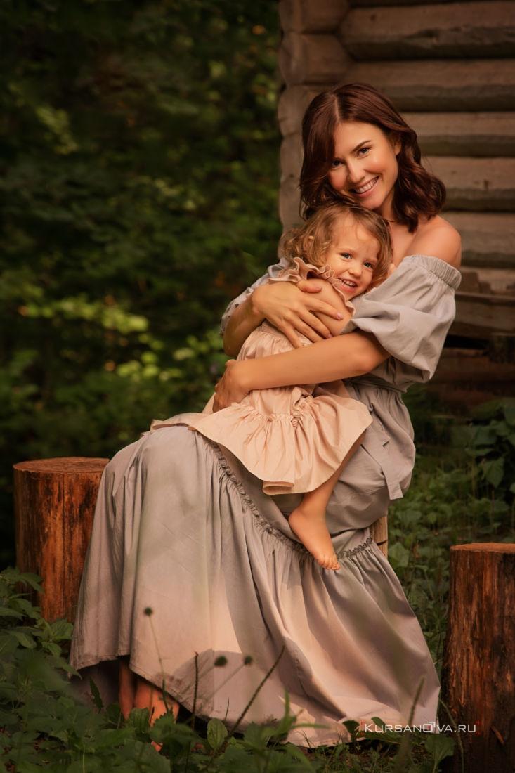 детская семейная фотосессия на природе мама крепко обнимает дочку а малышка хохочет