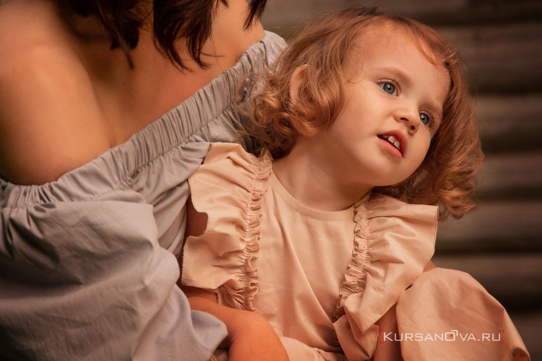 детская семейная фотосессия на природе мама крепко обнимает дочку