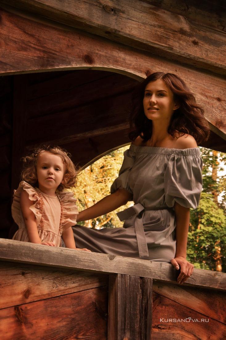 Девочка и мама смотрят с крыльца вдаль на детской фотосессии летом в Нижнем Новгороде