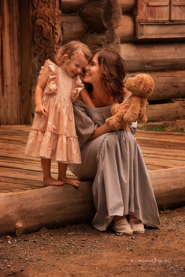детская семейная фотосессия на природе мама и дочка смеются вместе