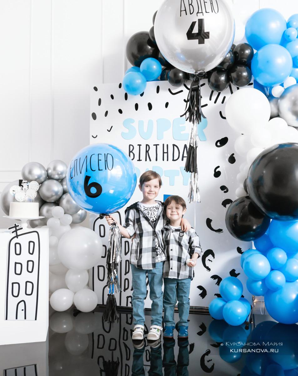 Счастливые дети на своём дне рождения