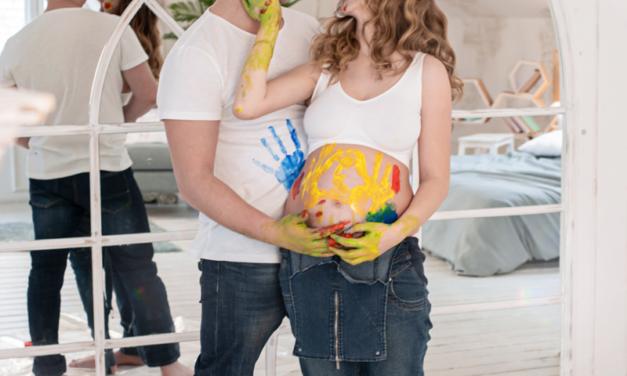 Фотосессия беременности с красками в студии
