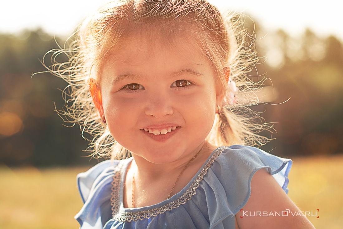 Красивая девочка на фотосессии осенью в Нижнем Новгороде контровый свет красиво подсвечивает волосы