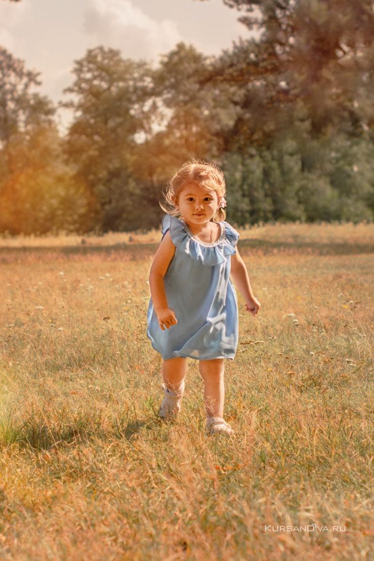 детская фотосессия на улице осенью ребенок весело убегает от сестры играет с ней