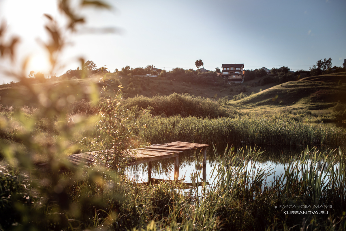 Детская фотосессия на природе, озеро, лето мостик