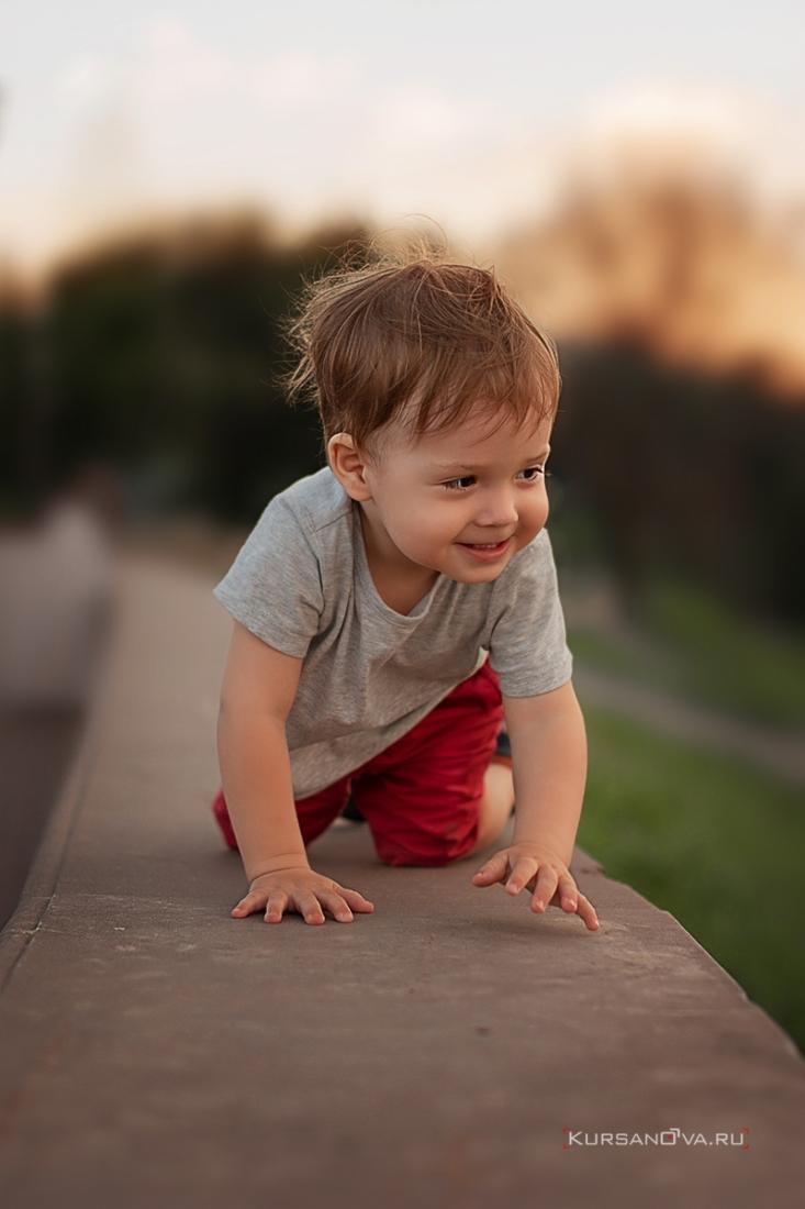 Спонтанная детская фотосессия на улице для маленького мальчика. Получился красивый портрет.