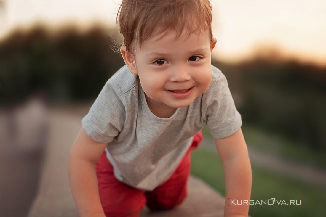 Красивый портрет Авдея получился на детской фотосессии. Ползет на улице по ограждению с загадочной улыбкой.