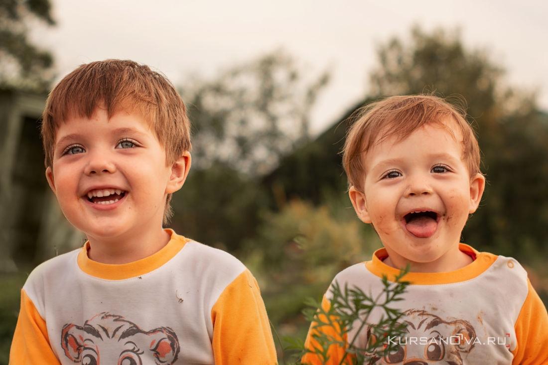 детская фотосессия нижний новгород фотограф строил рожицы мальчикам а они задорно смеялись