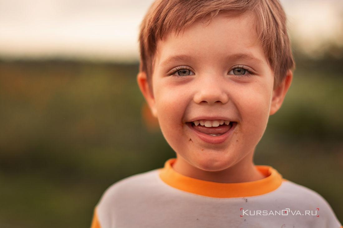 мальчик смеется на детской летней фотосессии в Нижнем Новгороде