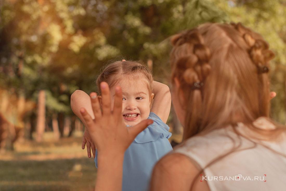 детская фотосессия нижний новгород фотограф заснял из-за спины взрослой девочки как она играет с маленькой в дай пять