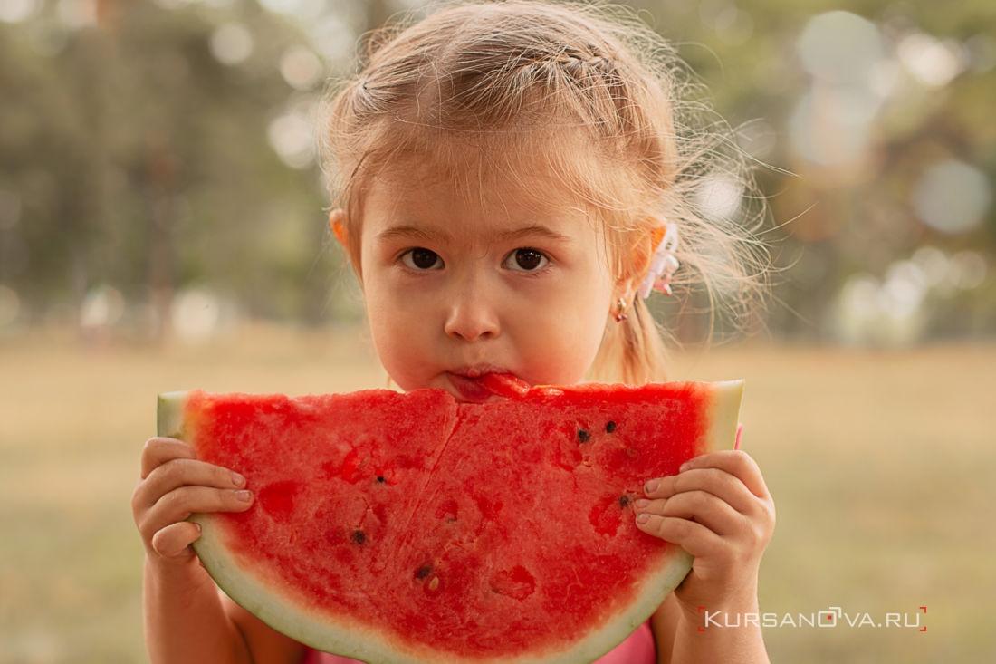 осенью на детской фотосессии с арбузом фотограф заснял как ребенок кушает сладкий арбуз