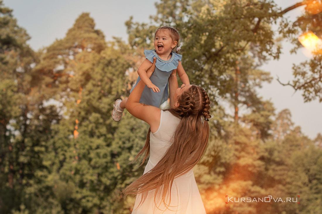 детская фотосессия нижний новгород фотограф заснял как старшая сестра играет с младшей подкидывает её вверх
