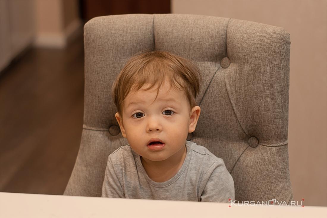 Домашняя детская фотосессия. Портрет маленького малыша на стуле.