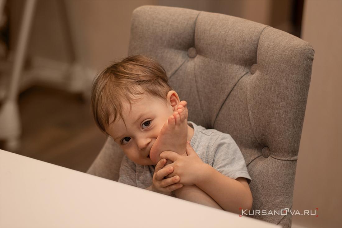 Детский портрет Авдея в домашней обстановке. Фотосессия проведена дома для мальчика 2 года.