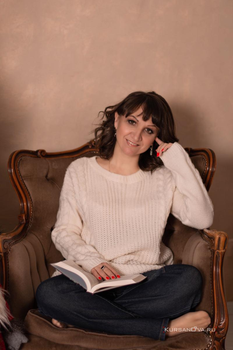 Индивидуальная фотосессия в студии для девушки с книгой