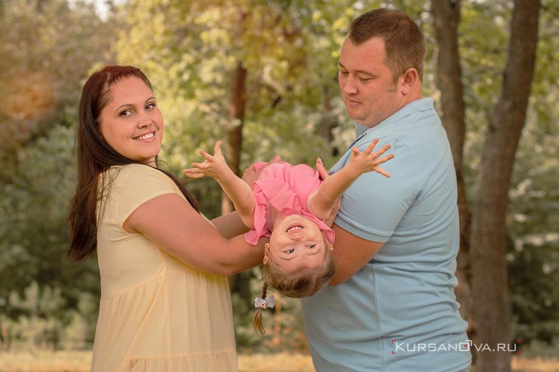 Семейная фотосессия осенью это прекрасно особенно когда она такая жаркая родителям можно бегать с малышами качать их на ручках