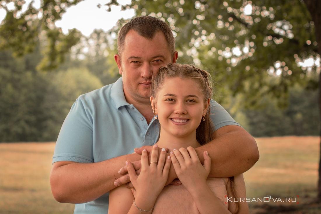 Папа обнимает дочку в парке на осенней семейной фотосессии в Нижнем Новгороде